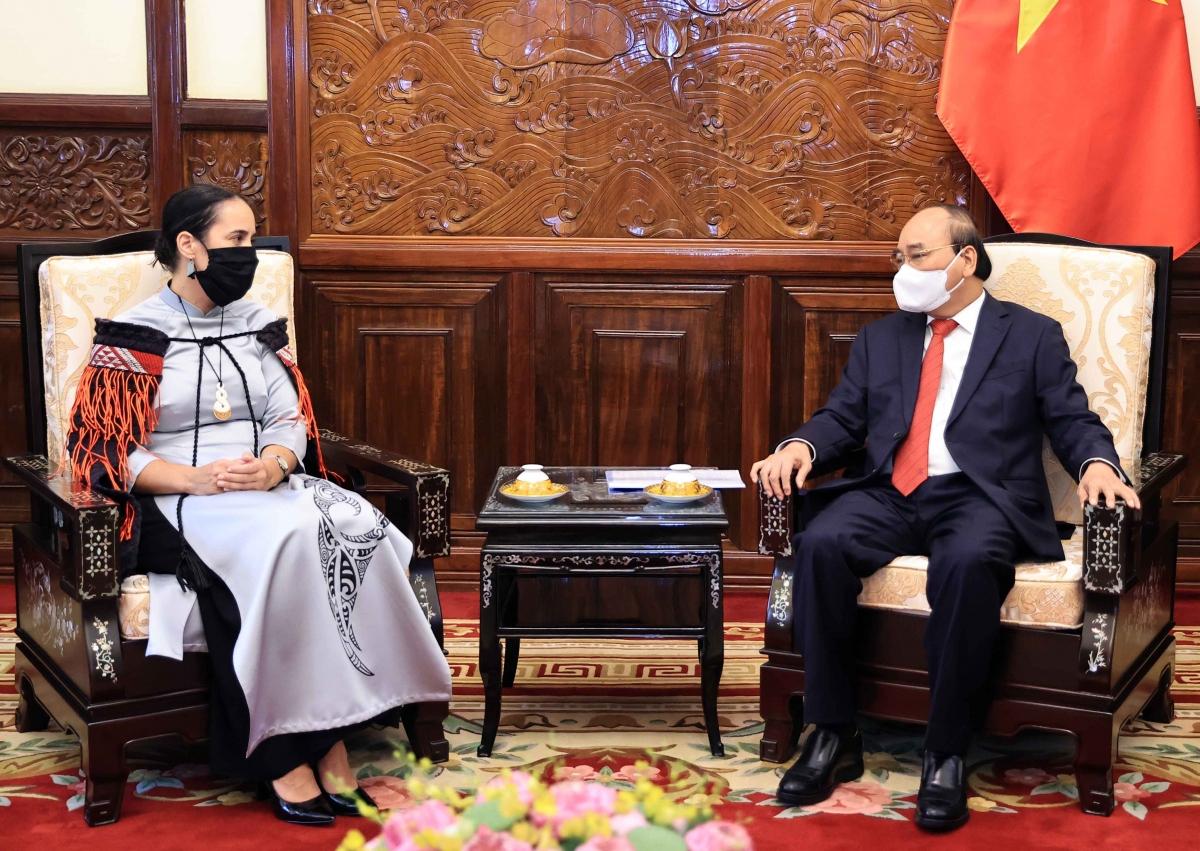 Chủ tịch nước Nguyễn Xuân Phúc và Đại sứ New Zealand Tredene Dobson tại Lễ trình Quốc thư.