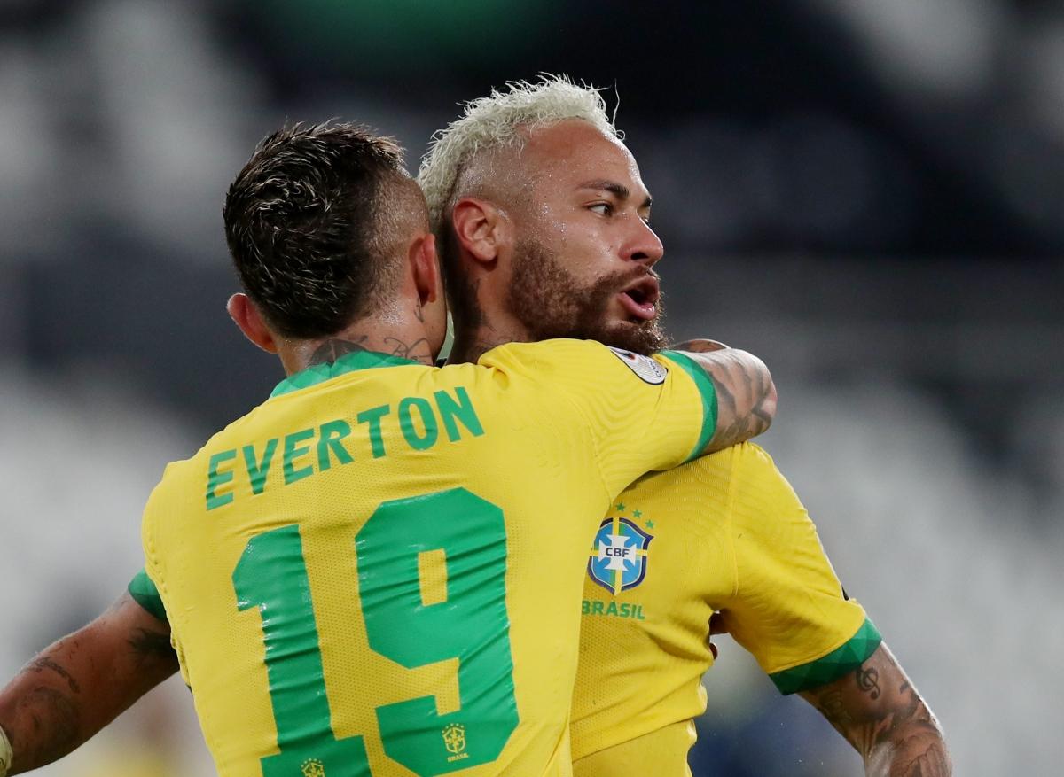Neymar ăn mừng bàn thắng cùng các đồng đội. (Ảnh: Reuters).
