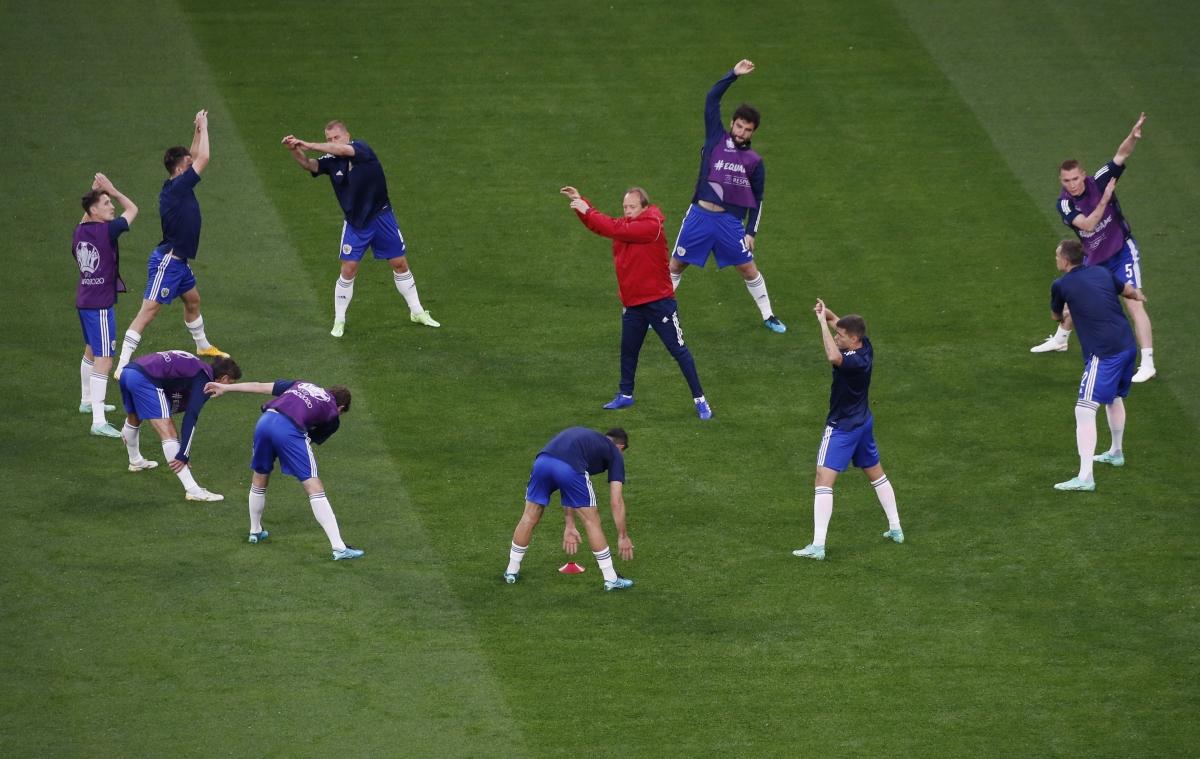 Các cầu thủ Nga khởi động trước trận. (Ảnh: Reuters).