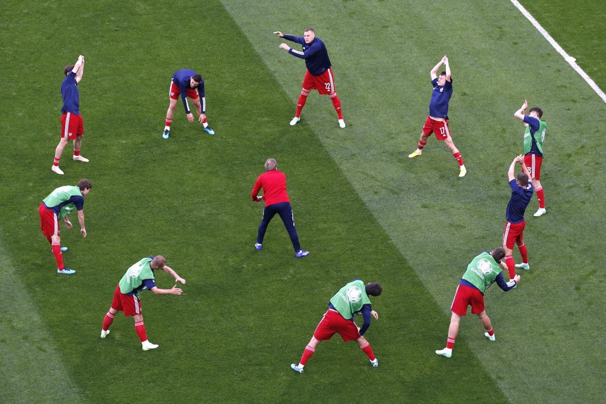 Đội tuyển Nga khởi động trước trận đấu. (Ảnh: Reuters).
