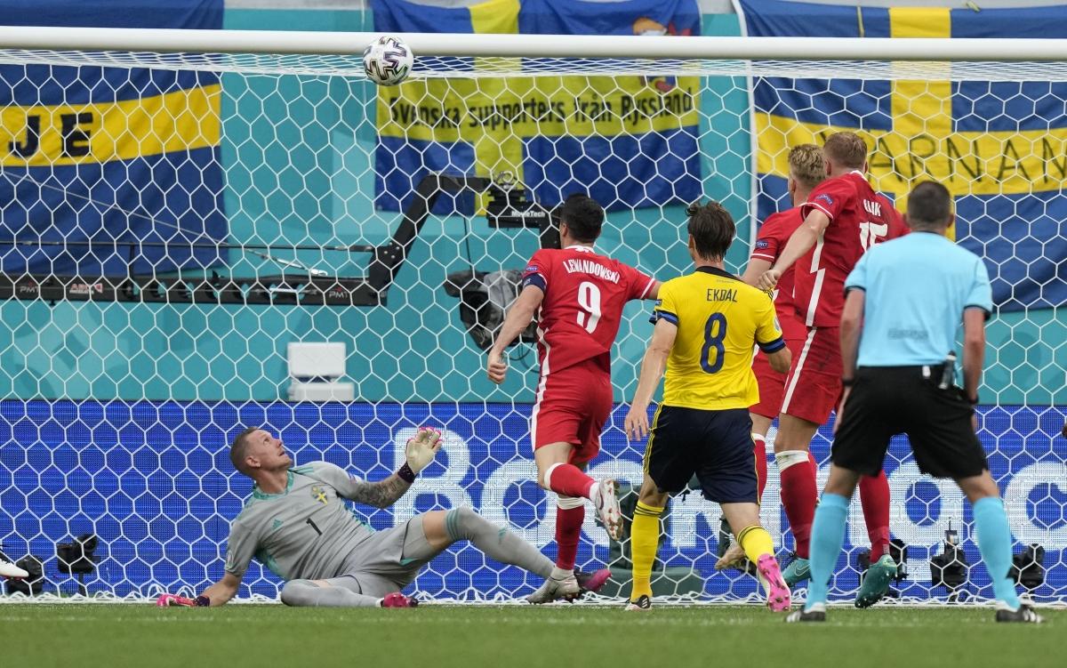 Lewandowski 2 lần đánh đầu trúng xà ngang khung thành Thụy Điển. (Ảnh: Reuters).
