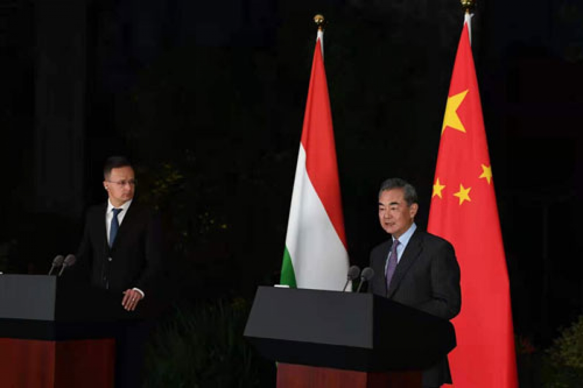 Ngoại trưởng Trung Quốc Vương Nghị (phải) và Ngoại trưởng Hungary Peter Szijjarto trong cuộc họp báo tại Quý Dương. Ảnh: Bộ Ngoại giao Trung Quốc.
