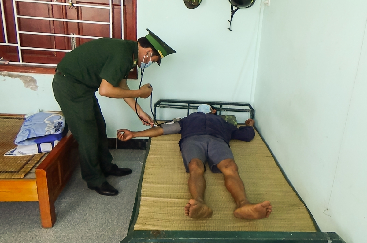 Quân y đồn Biên phòng Trung Bình, thăm khám sức khỏe ban đầu cho ngư dân gặp nạn.