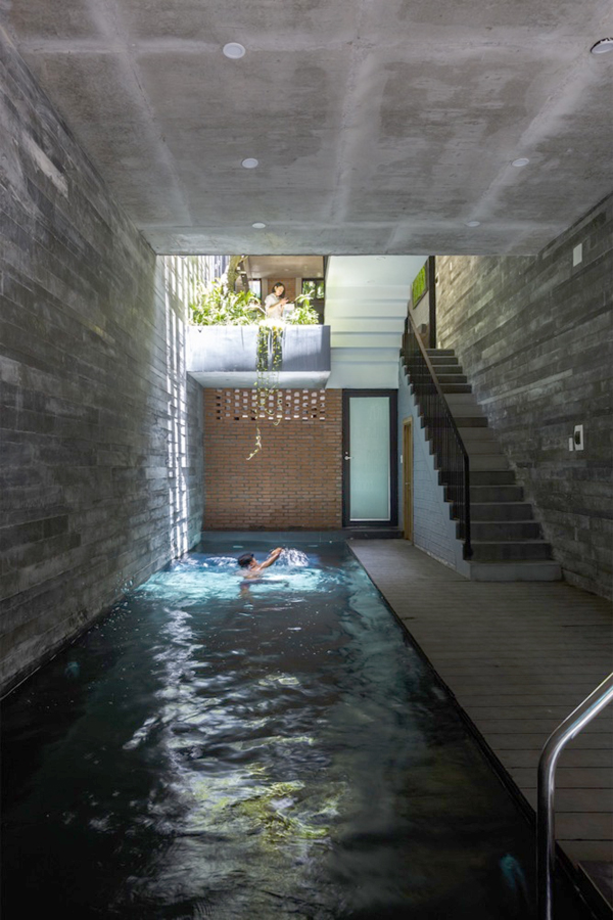 Công trình có quy mô 3 tầng với 3 phòng ngủ. Tuy nhiên diện tích sử dụng là vừa đủ, còn lại diện tích dành cho hồ bơi và cây xanh. Hồ bơi nằm ở tầng 1 với chiều dài 9m; đây không chỉ là nơi giải trí, luyện tập thể thao mà mặt nước còn có tác dụng làm mát không khí.