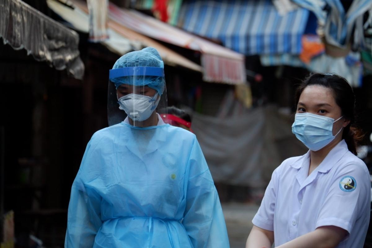 Nhân viên lấy mẫu xét nghiệm tại chợ khu phố 2, phường An Lạc, quận Bình Tân (HCDC).