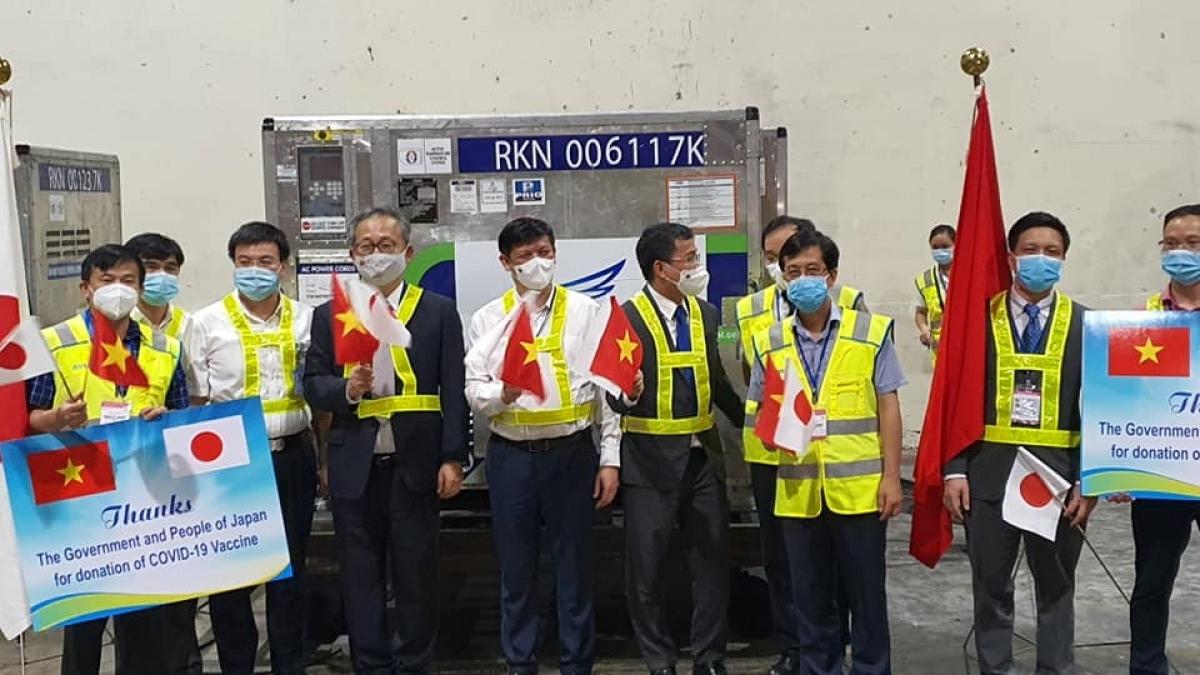 Lãnh đạo Bộ Y tế cùng Đại sứ Nhật Bản tại Việt Nam tại buổi đón nhận lô vaccine tối 16/6. (Ảnh: Trần Minh)