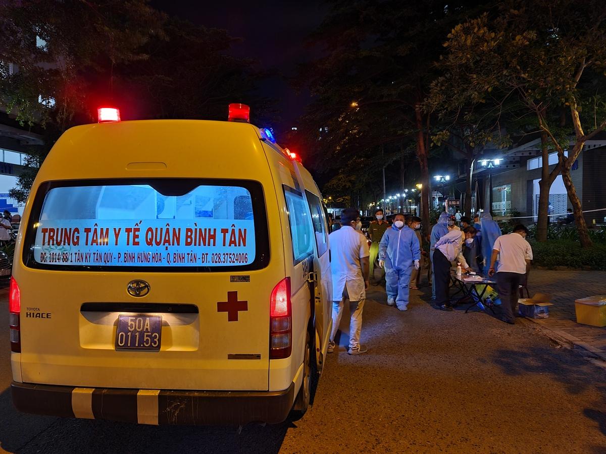 Nhiều đội y tế lấy mẫu cho cư dân Ehome 3 trong đêm. (Ảnh: HCDC)