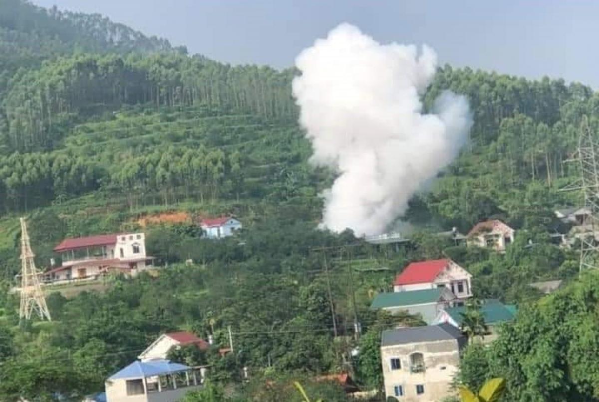 Cột khói màu trắng bốc lên sau vụ nổ lớn.