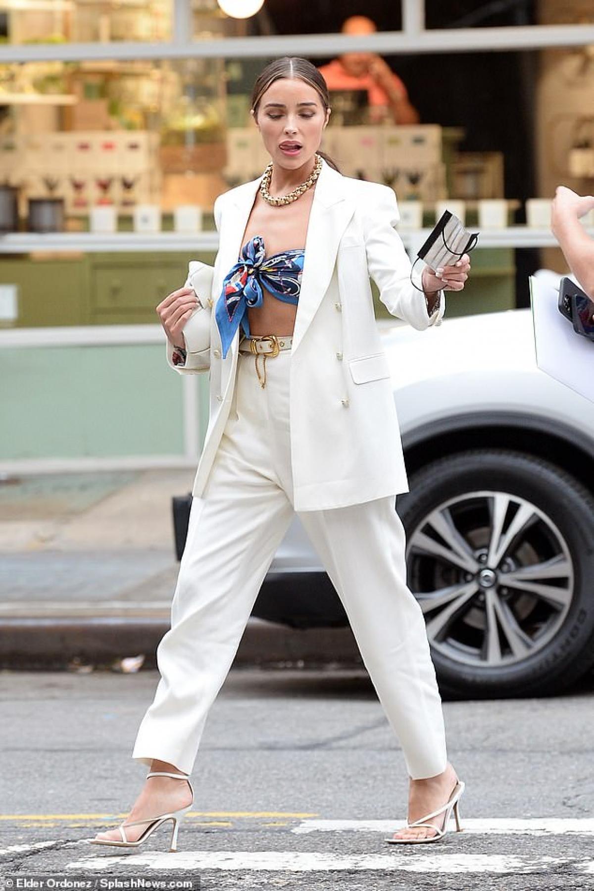 Olivia Culpo hào hứng đi ăn tối cùng bạn thân - người mẫu Brooks Nader tại nhà hàng sang trọng ở New York dịp cuối tuần.