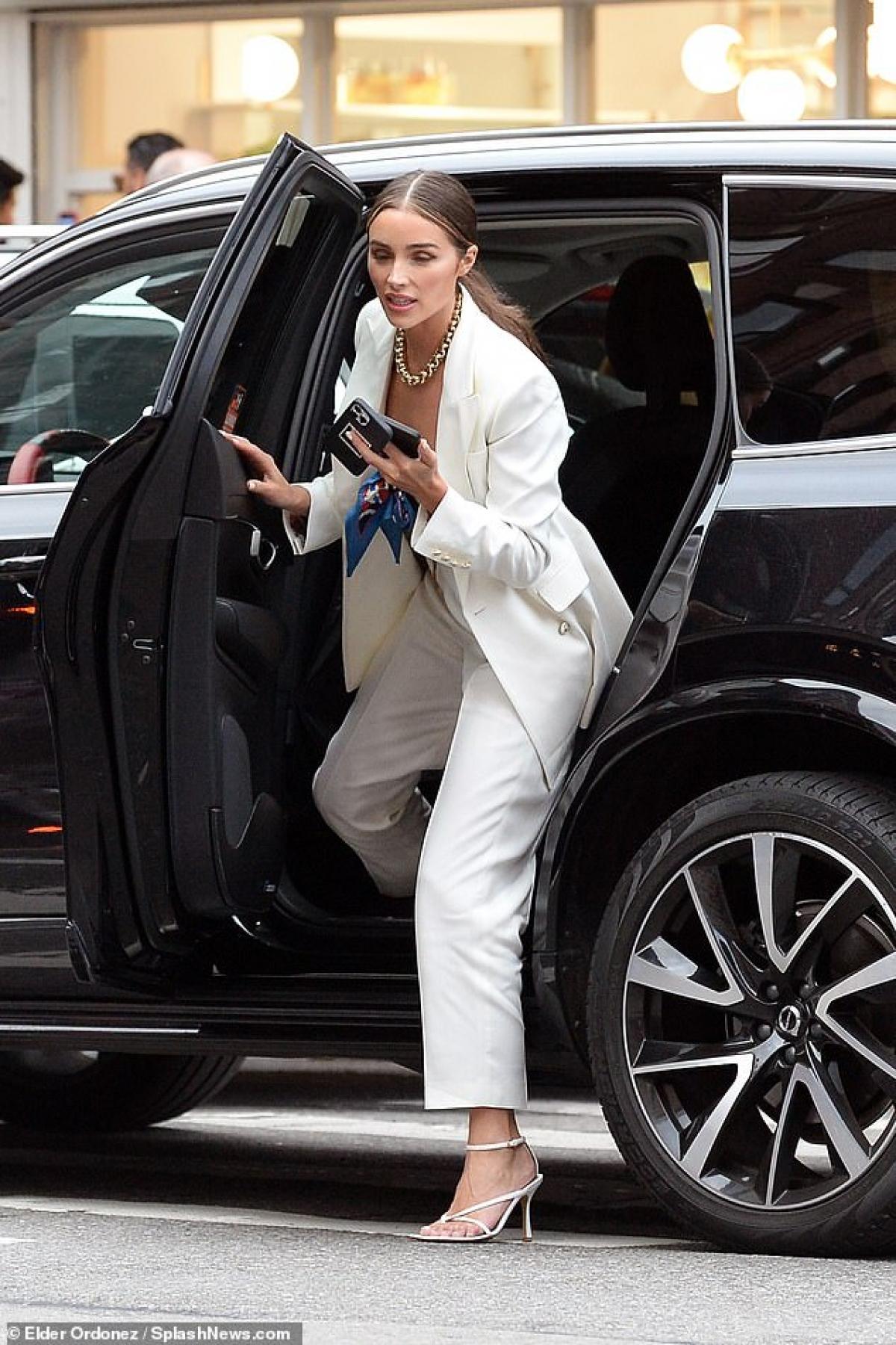 Người đẹp bước xuống từ siêu xe, thu hút mọi ánh nhìn.