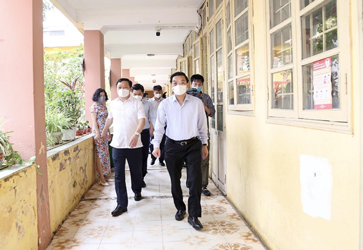 Chủ tịch UBND TP Chu Ngọc Anh kiểm tra công tác phòng chống dịch tại điểm chờ đón thí sinh của phụ huynh tại trường Tiểu học Thái Thịnh.