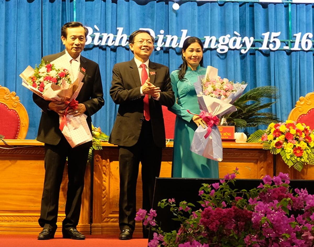 Ông Hồ Quốc Dũng, Bí thư Tỉnh ủy, Chủ tịch HĐND tỉnh Bình Định khóa XIII (đứng giữa) tặng hoa 2 Phó Chủ tịch HĐND tỉnh