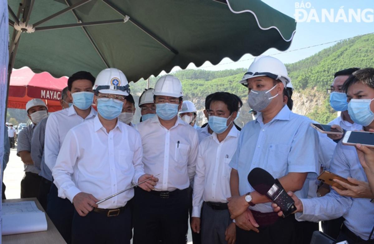 Lãnh đạo TP Đà Nẵng kiểm tra thực tế hiện trường.