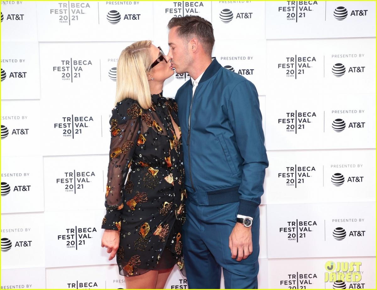 """Paris Hilton cùng hôn phu - Doanh nhân Carter Reum tham dự buổi chiếu ra mắt phim tài liệu """"This is Paris"""" tại Liên hoan phim Tribeca diễn ra hôm 20/6 ở New York."""