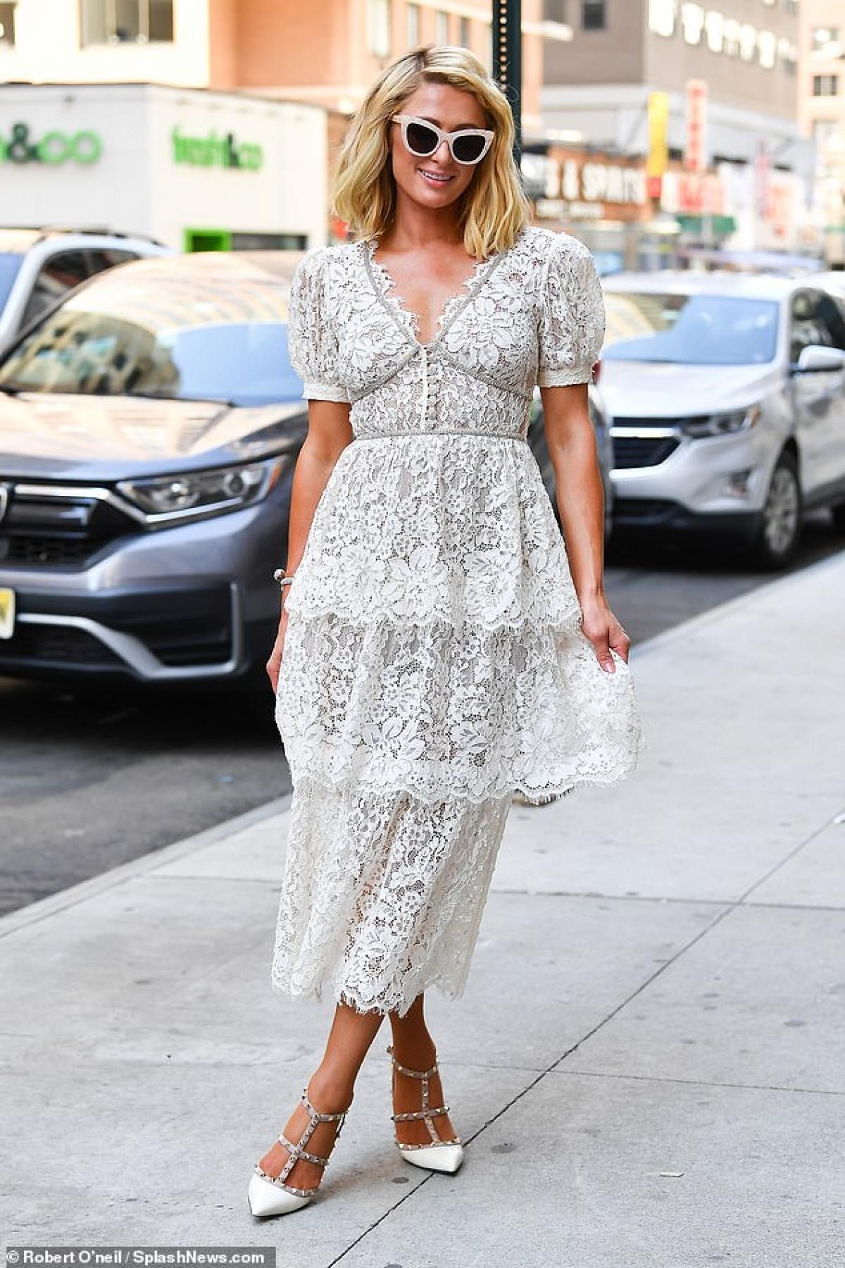 Paris Hilton thu hút mọi ánh nhìn khi đi dạo phố cùng em gái Nicky ở New York hôm 21/6, theo giờ địa phương.
