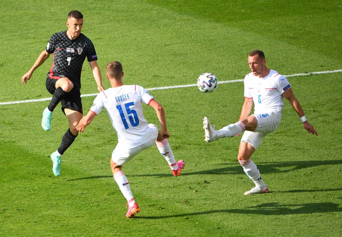 Hàng thủ CH Séc đang phải chịu những áp lực lớn từ hàng công Croatia. (Ảnh: Reuters).