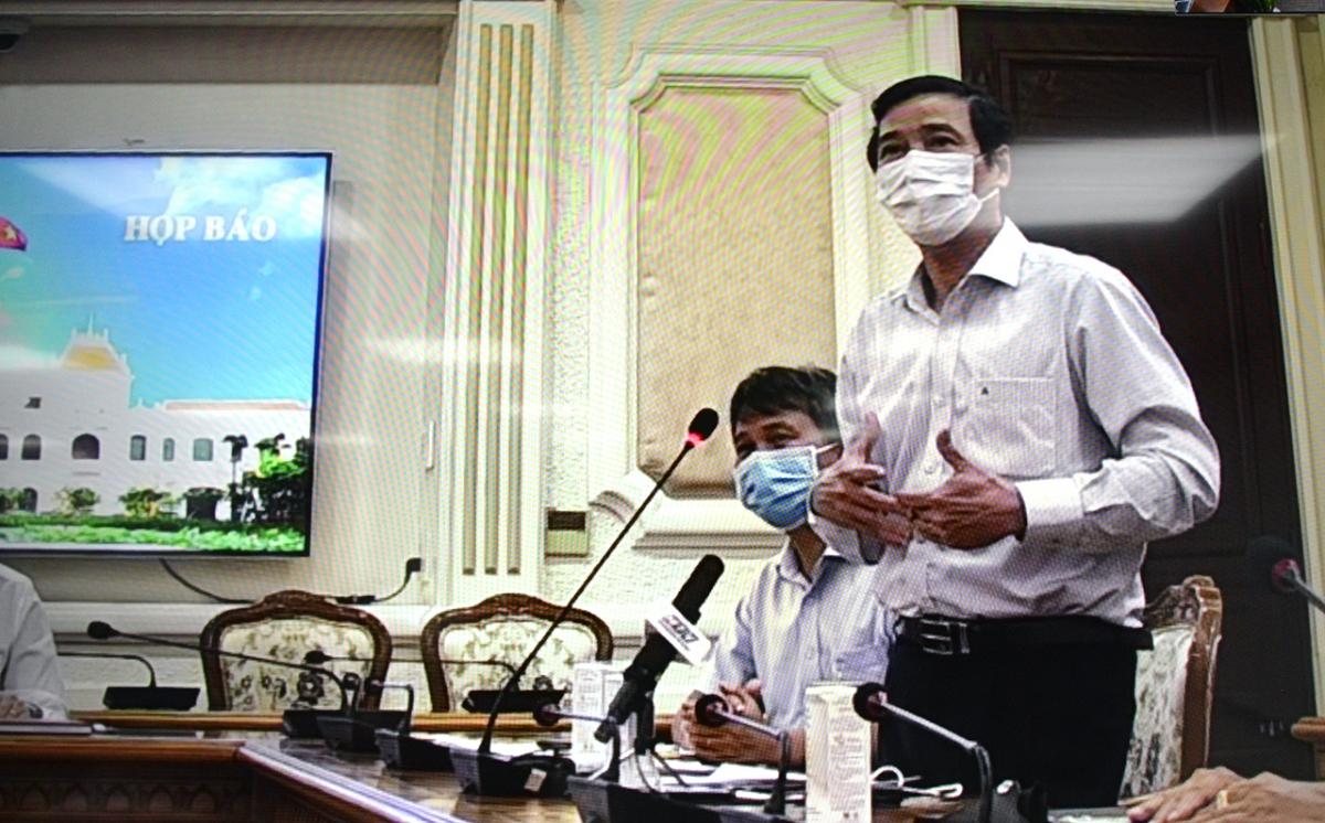 Phó Giám đốc Sở Y tế TP.HCM Nguyễn Hữu Hưng trả lời tại buổi họp báo.