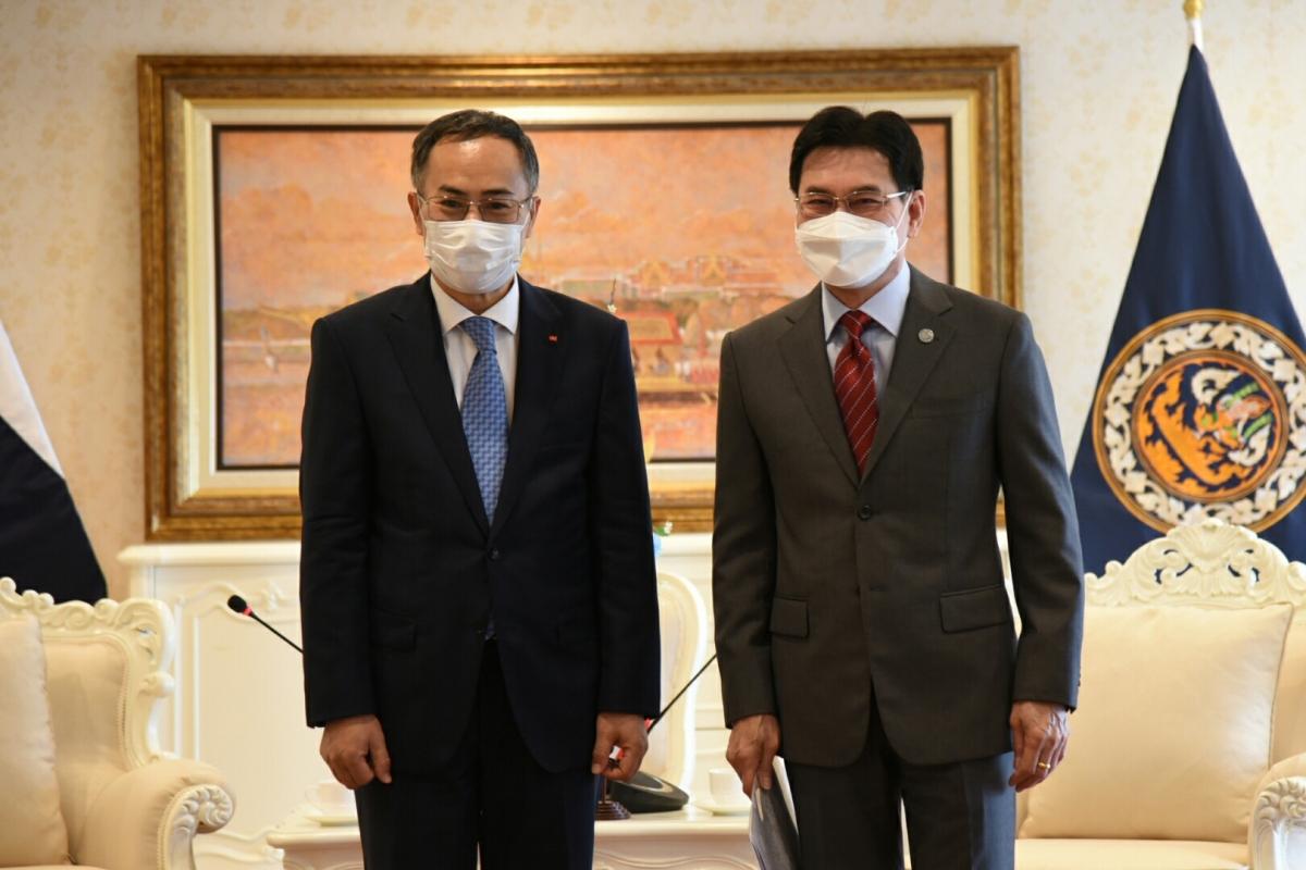 Phó Thủ tướng Thái Lan (phải) và Đại sứ Phan Chí Thành tại buổi tiếp.