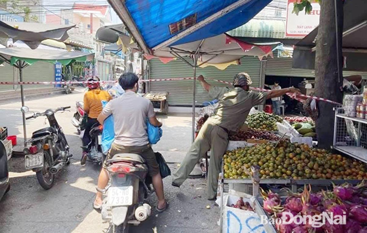 Lực lượng chức năng phong tỏa khu vực chợ ở P.An Bình, TP.Biên Hòa. (Ảnh: Báo Đồng Nai)