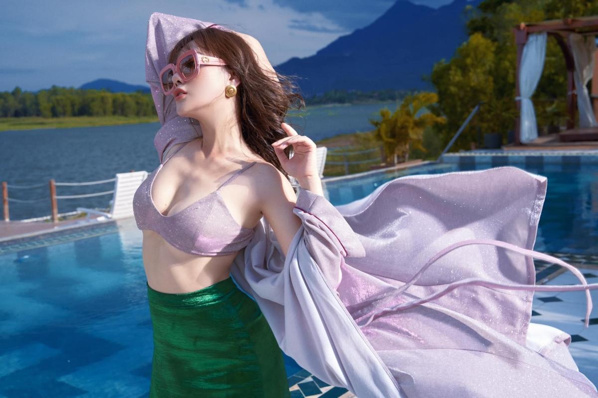 Phương Oanh sinh năm 1989, xuất thân từ nghề người mẫu trước khi theo đuổi con đường diễn xuất.