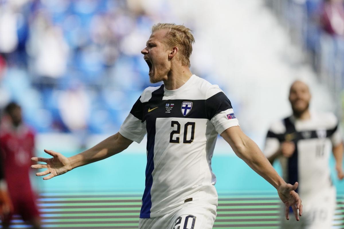 """Pohjanpalo """"ăn mừng hụt"""" sau khi đưa bóng vào lưới ĐT Nga. (Ảnh: Reuters)."""