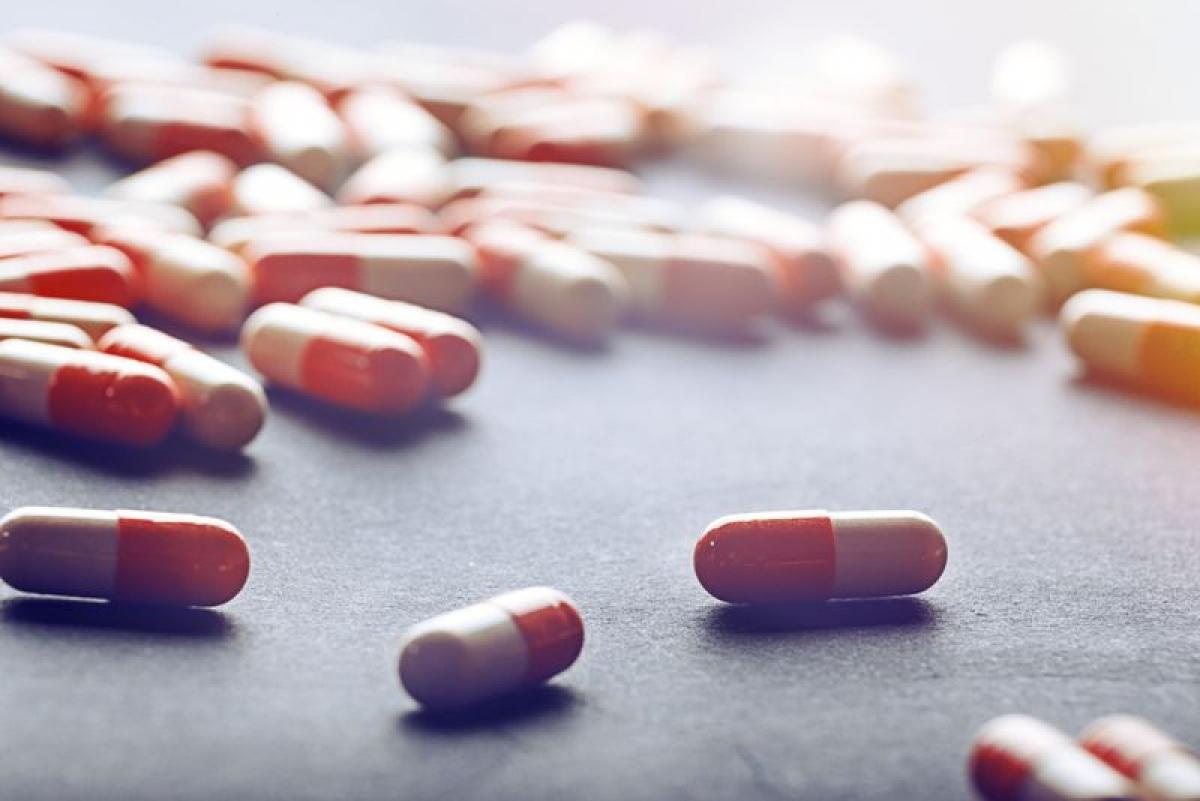 Dùng thuốc kháng sinh: Tùy vào nguyên nhân gây ngộ độc thực phẩm mà bác sĩ có thể kê thuốc kháng sinh hoặc kháng virus cho bạn. Thường thì việc dùng thuốc chỉ cần thiết trong những ca nặng, khi cơ thể phải chống lại một dạng virus hoặc vi khuẩn mạnh hay khi miễn dịch cơ thể yếu.