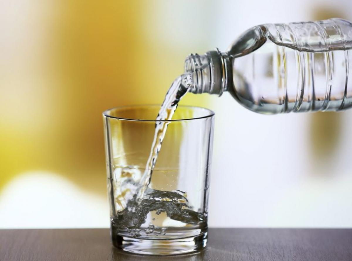 Uống đủ nước: Các triệu chứng ngộ độc thực phẩm như nôn mửa và tiêu chảy có thể gây mất nước nghiêm trọng. Bên cạnh mất nước, cơ thể cũng bị thiếu hụt một lượng chất điện giải và dưỡng chất lớn. Hãy uống nhiều nước để giữ cho cơ thể không bị kiệt sức do mất nước.