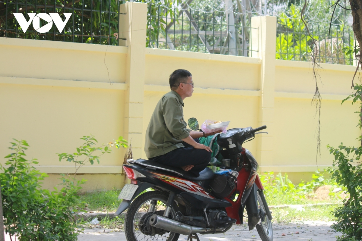 Minh, a local Xe Om driver, says on normal days he would lunch in various food outlets. However, due to their recent closure, he is forced to have his meal on the pavement instead.