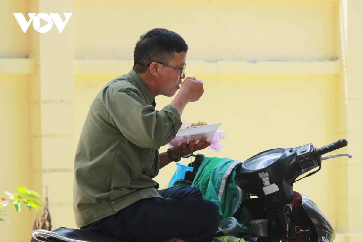 Consuming lunch amid conditions such as heavy dust and a strong heat wave is normal for poor workers these days.