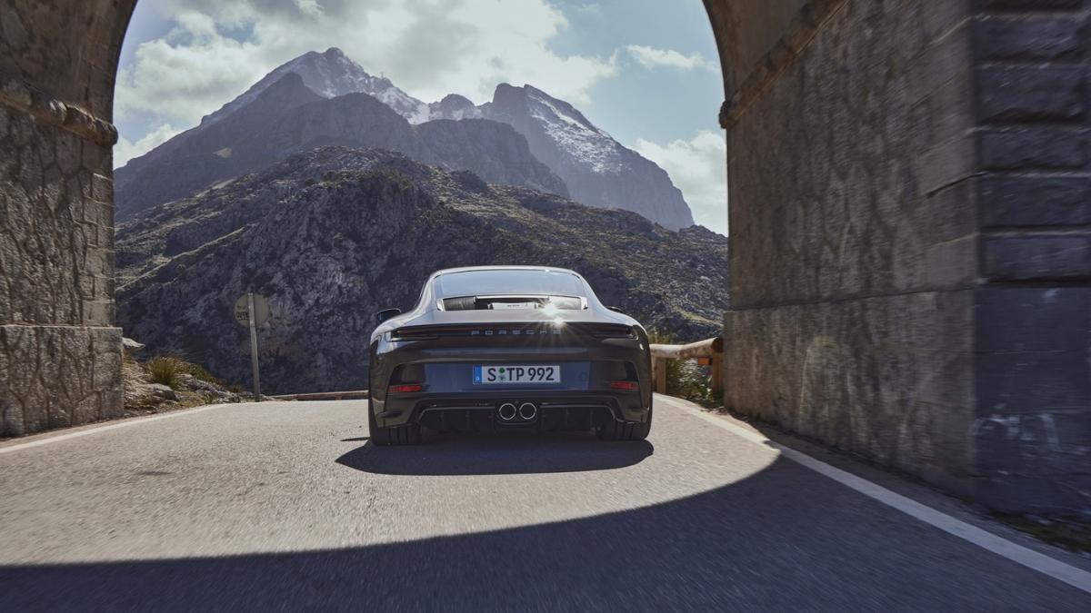 Với tất cả những nâng cấp này, chiếc 911 GT3 Touring mới có thể tăng tốc lên 100 km/h trong chỉ 3,2 giây, đạt tốc độ tối đa 317 km/h với hộp số PDK