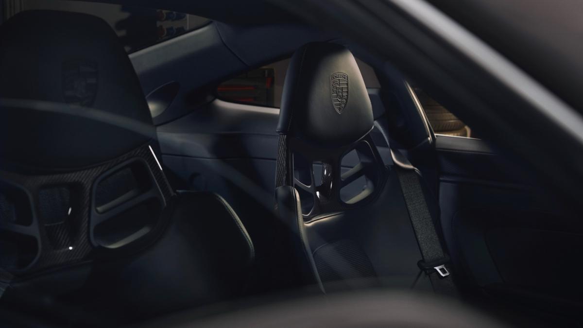 Logo Porsche được dập nổi trên tựa đầu ghế. Bệ cửa được bảo vệ bởi ốp nhôm xước màu đen, tương tự như ốp bảng điều khiển trung tâm.