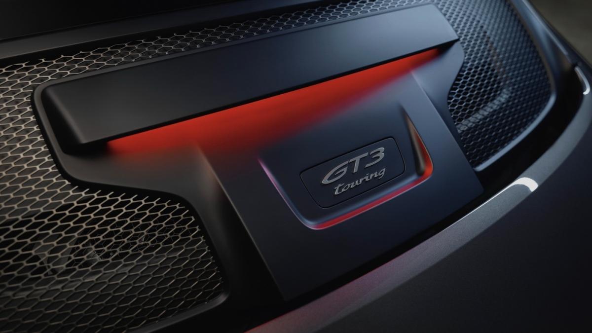 Giống với 911 GT3 thế hệ 992, bản Touring của xe vẫn được trang bị hối động cơ boxer 6 xi-lanh, dung tích 4.0 lít hút khí tự nhiên này có khả năng tạo ra công suất cực đại 502 mã lực và mô-men xoắn tối đa 469 Nm.