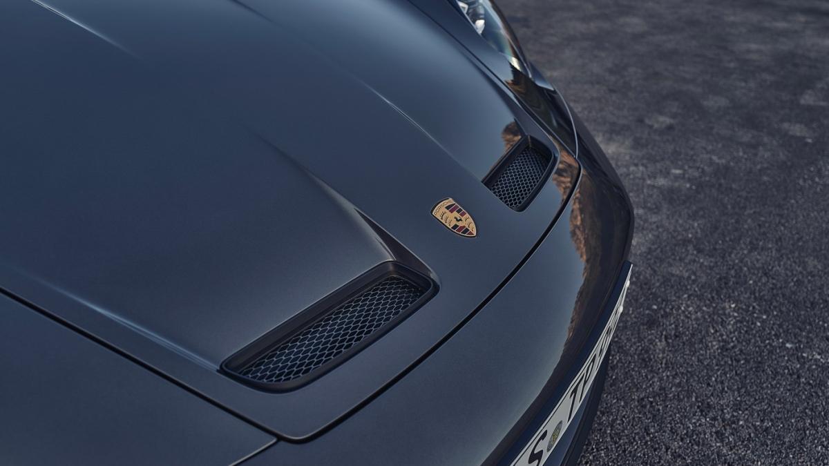 Ở thế hệ mới, Porsche lần đầu tiên mang đến cho 911 GT3 Touring hộp số PDK 7 cấp bên cạnh hộp số sàn.
