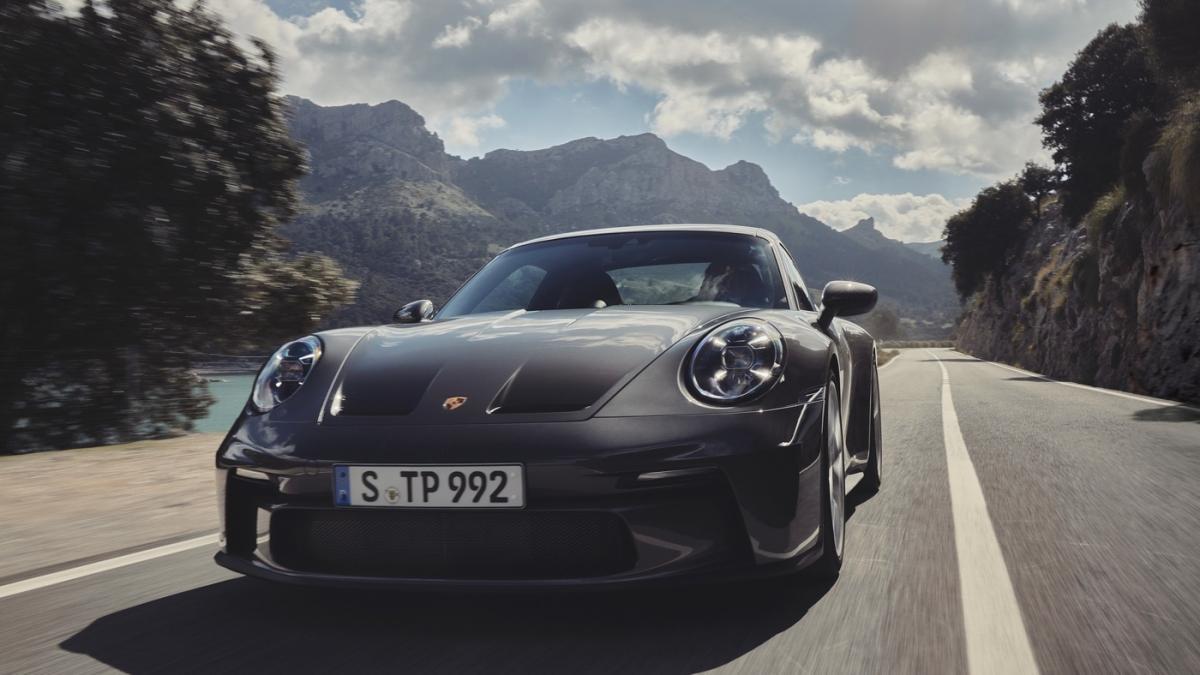 Porsche bán ra gần như tất cả các gói tùy chọn cao cấp của GT3 thông thường trên bản Touring này, bao gồm cả hệ thống đèn chiếu sáng LED với công nghệ PDLS và PDLS+, các hệ thống hỗ trợ lái xe, hệ thống phanh carbon composite, nâng hạ cầu trước, tùy chọn ghế, gói Chrono cũng như các hệ thống âm thanh.
