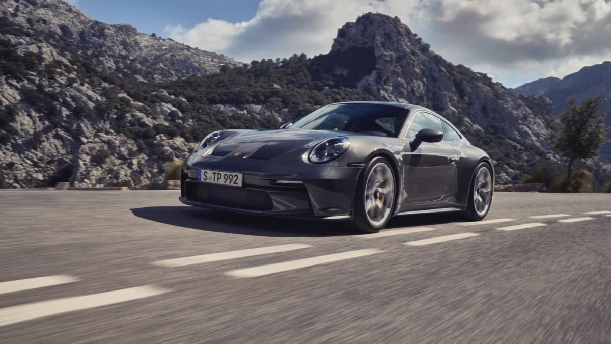 Porsche 911 GT3 Touring có giá bán khởi điểm từ 161.100 USD tại thị trường Mỹ, dự kiến giao xe vào đầu năm sau.