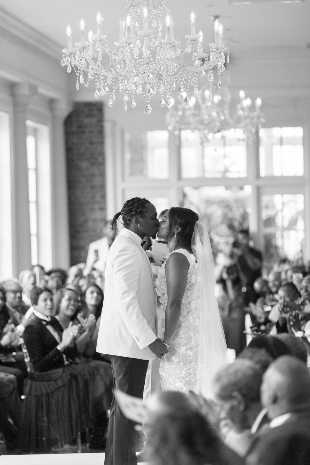 Vào một ngày hè năm 2018, rapper Pusha Tđã kết hôn với bạn gái lâu năm Virginia Williamstại quê hương ở Virginia Beach.Pusha mặc một chiếc áo khoác dạ Dior và quần tuxedo do Kim Jones thiết kế, trong khi Williams mặc một chiếc váy thêu Marchesa cho buổi lễ.