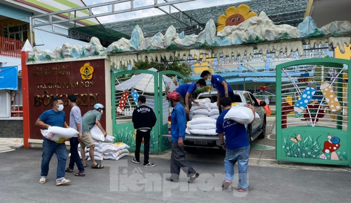 TheVietnam Young Entrepreneurs Association has called on firms to donate rice to the charity drive. Moving forward, the organisers also plan to install free ATM rice machines in Go Vap district.