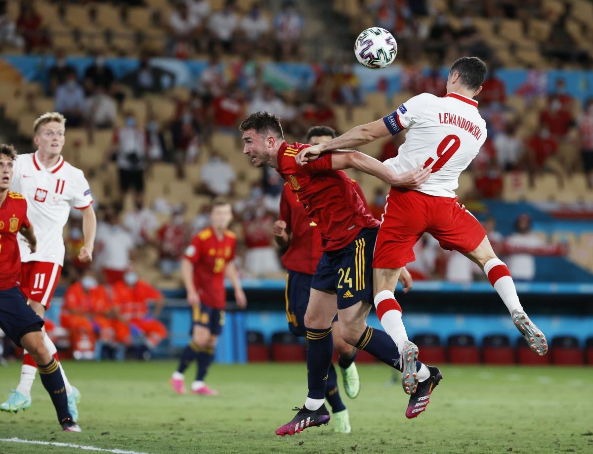 Khoảnh khắc Lewandowski đánh đầu tung lưới Tây Ban Nha. (Ảnh: Reuters).