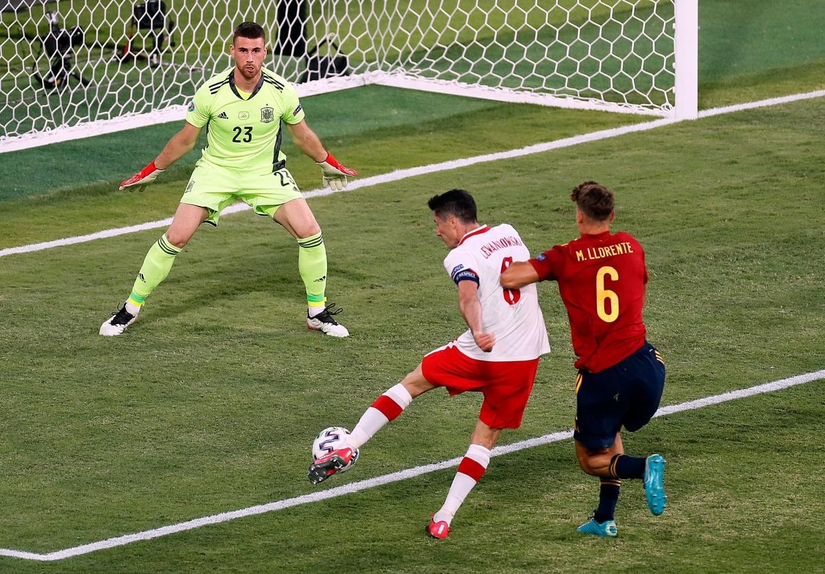 Khoảnh khắc Lewandowski dứt điểm trúng vị trí thủ môn Simon ở cuối hiệp 1. (Ảnh: Reuters).