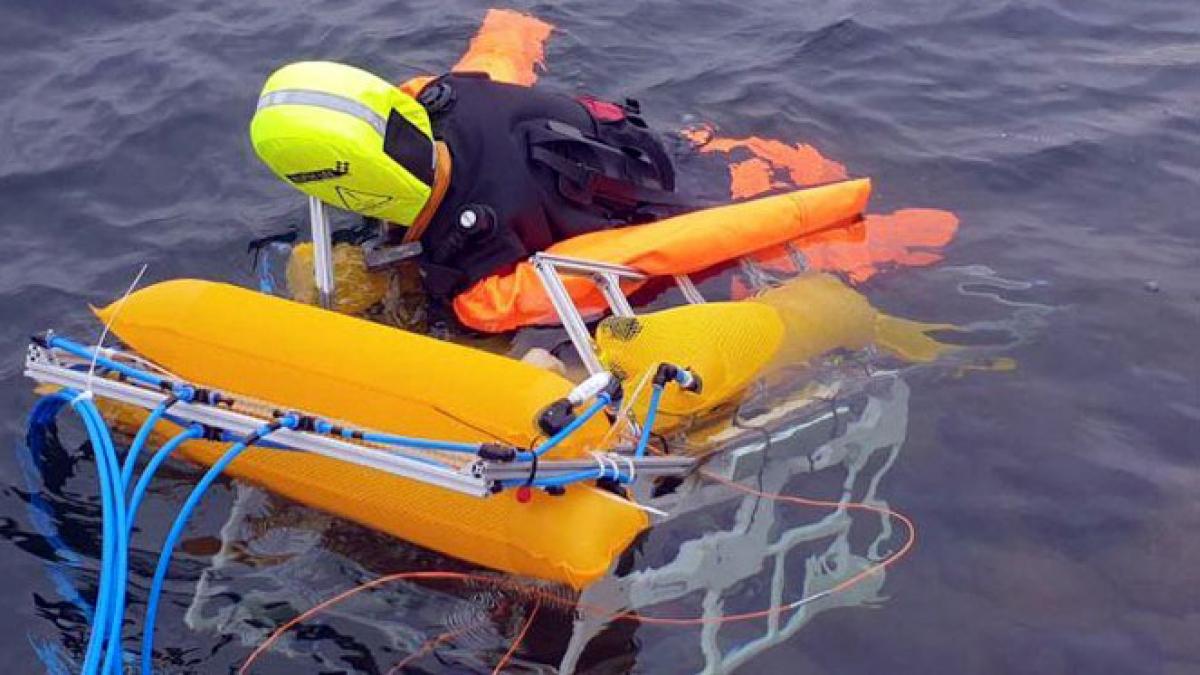 Robot vận chuyển hình nộm lên bờ trong cuộc thử nghiệm (Ảnh: New Atlas)