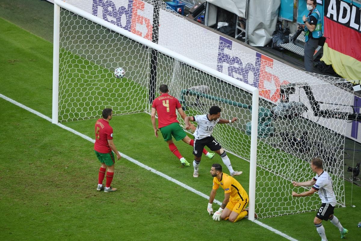 Đức khiến hàng thủ Bồ Đào Nha 2 lần đá phản lưới nhà. (Ảnh: Reuters)