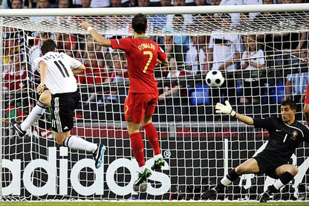 Cristiano Ronaldo và ĐT Bồ Đào Nha thua ĐT Đức 2-3 ở tứ kết EURO 2008.