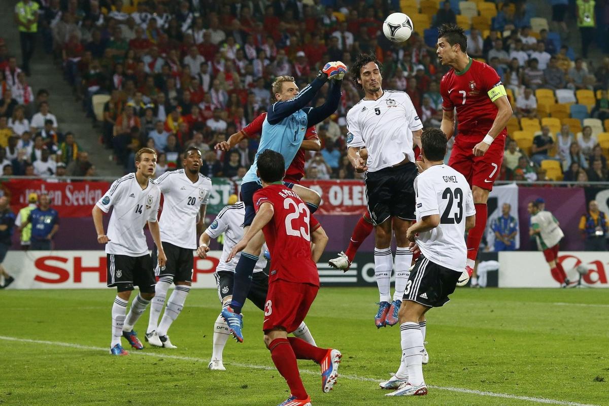 Cristiano Ronaldo và ĐT Bồ Đào Nha thua ĐT Đức 0-1 ở trận ra quân EURO 2012.
