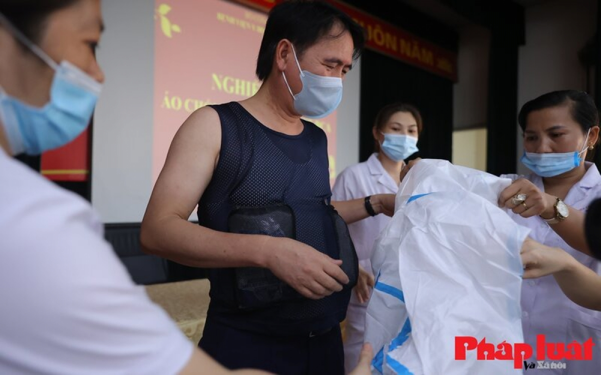 The T-shirt is designed with four pockets to contain the cooling dry ice packs to be given to doctors in Bac Giang, the current COVID-19 hotspot in northern Vietnam.