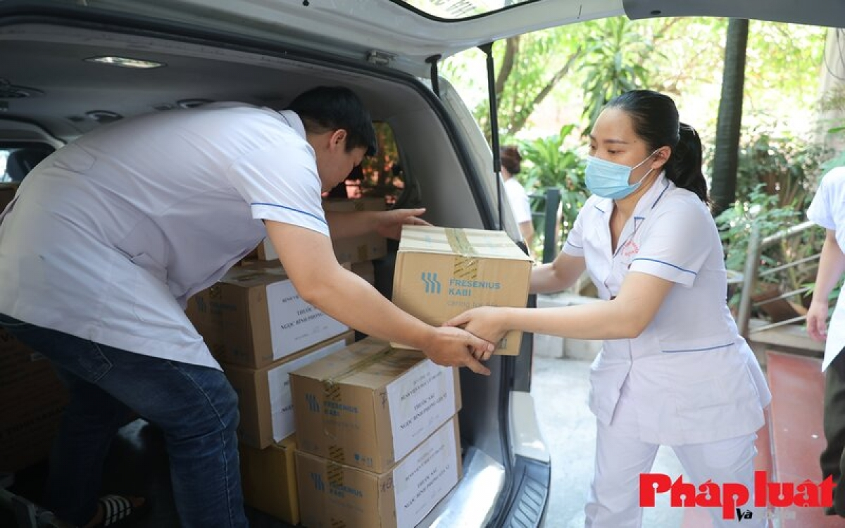 The National Hospital of Traditional Medicine has sent over 60 thermal shockproof T-shirts to the field hospital in Bac Giang province.
