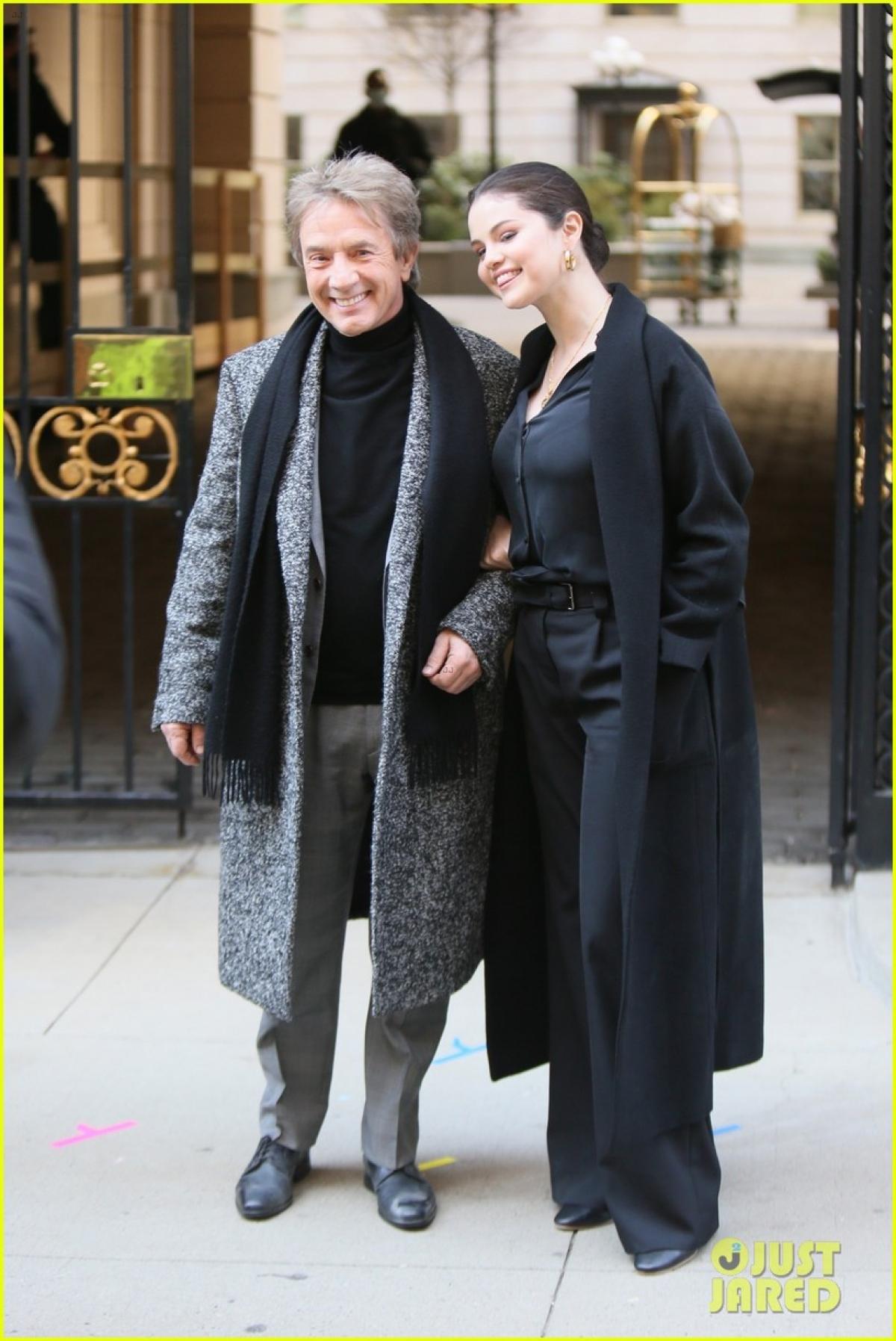 """Selena Gomez trở lại phim trường """"Only Murders in the Building"""" với vai trò diễn viên và tham gia sản xuất seri này cùng với Martin, Hoffman, Short, Dan Fogelman và Jess Rosenthal."""