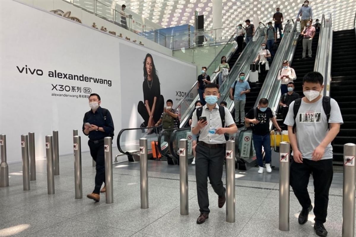 Sân bay Trung Quốc hủy hơn 400 chuyến bay do 1 nhân viên nhiễm Covid-19. (Ảnh: Reuters)