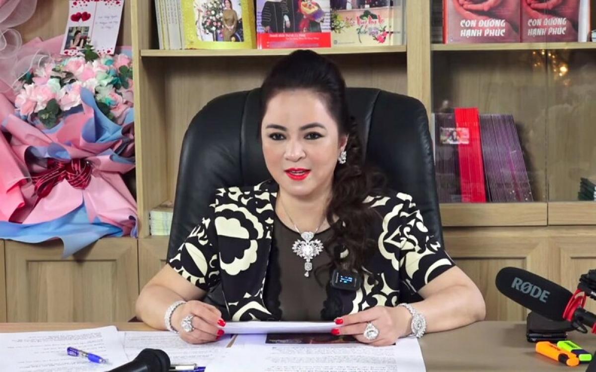 Livestream của bà Phương Hằng thường thu hút hàng trăm nghìn người xem trong cùng một thời điểm. (Ảnh cắt từ clip)