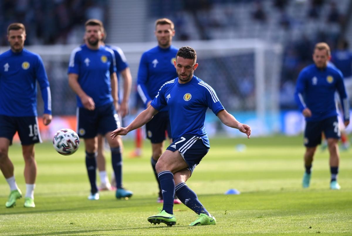 Các cầu thủ Scotland khởi động trước trận. (Ảnh: Reuters).