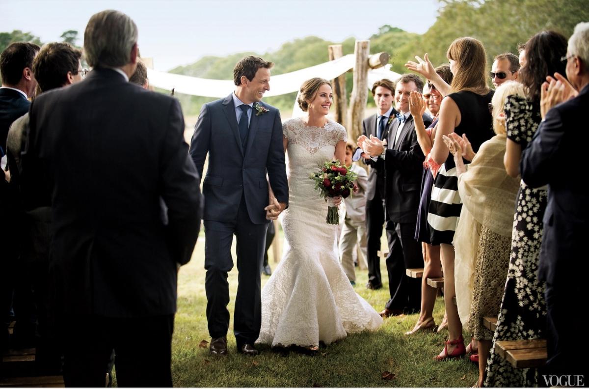 Người dẫn chương trình trò chuyện đêm khuya Seth Meyers đã kết hôn với Alexi Ashe, một luật sư nhân quyền, tại Martha's Vineyard. Hình ảnh cặp đôi nắm chặt tay, hạnh phúc về chung một nhà trong sự chúc phúc của bạn bè người thân đã được nam diễn viênJohn Mulaney của Saturday Night Live ghi lại.